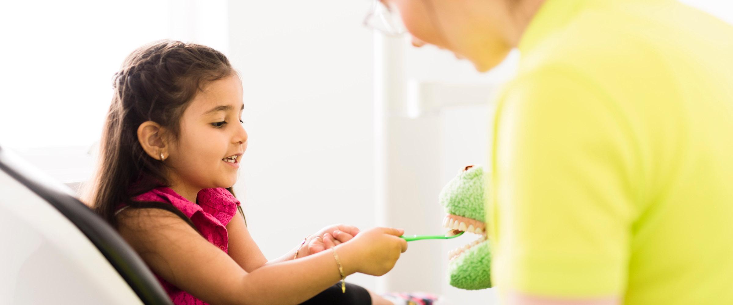 Vorsorge: Kind lernt spielend, wie man richtig die Zähne pflegt