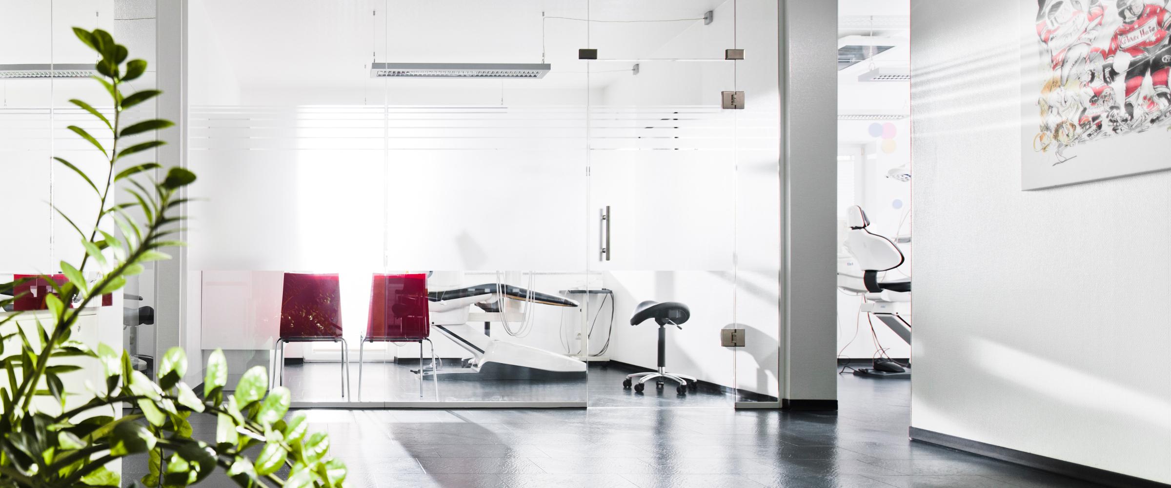 Eingangsbereich und Behandlungszimmer