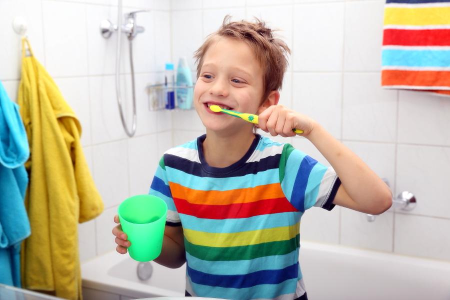 Kind putzt mit Freude die Zähne