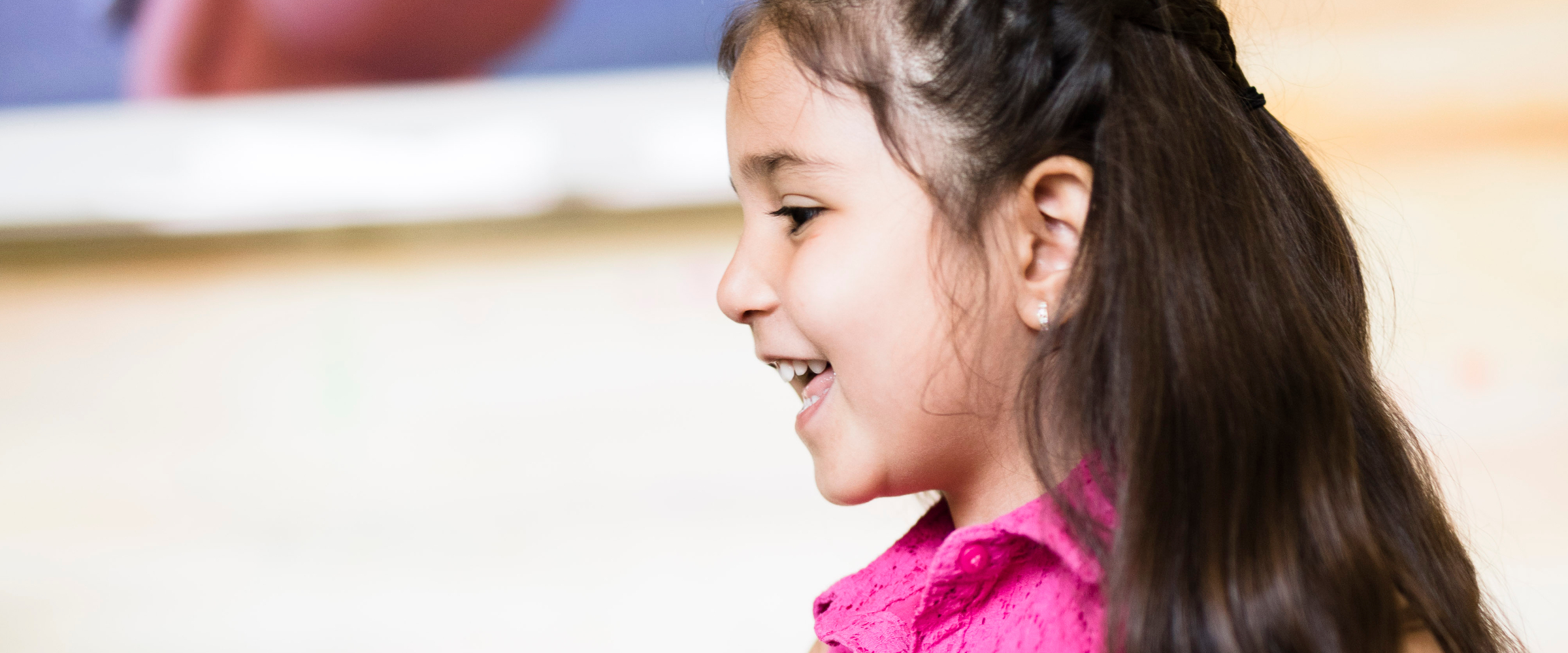 Fröhliches Kind in der Zahnarztpraxis für Kieferorthopädie, Köln