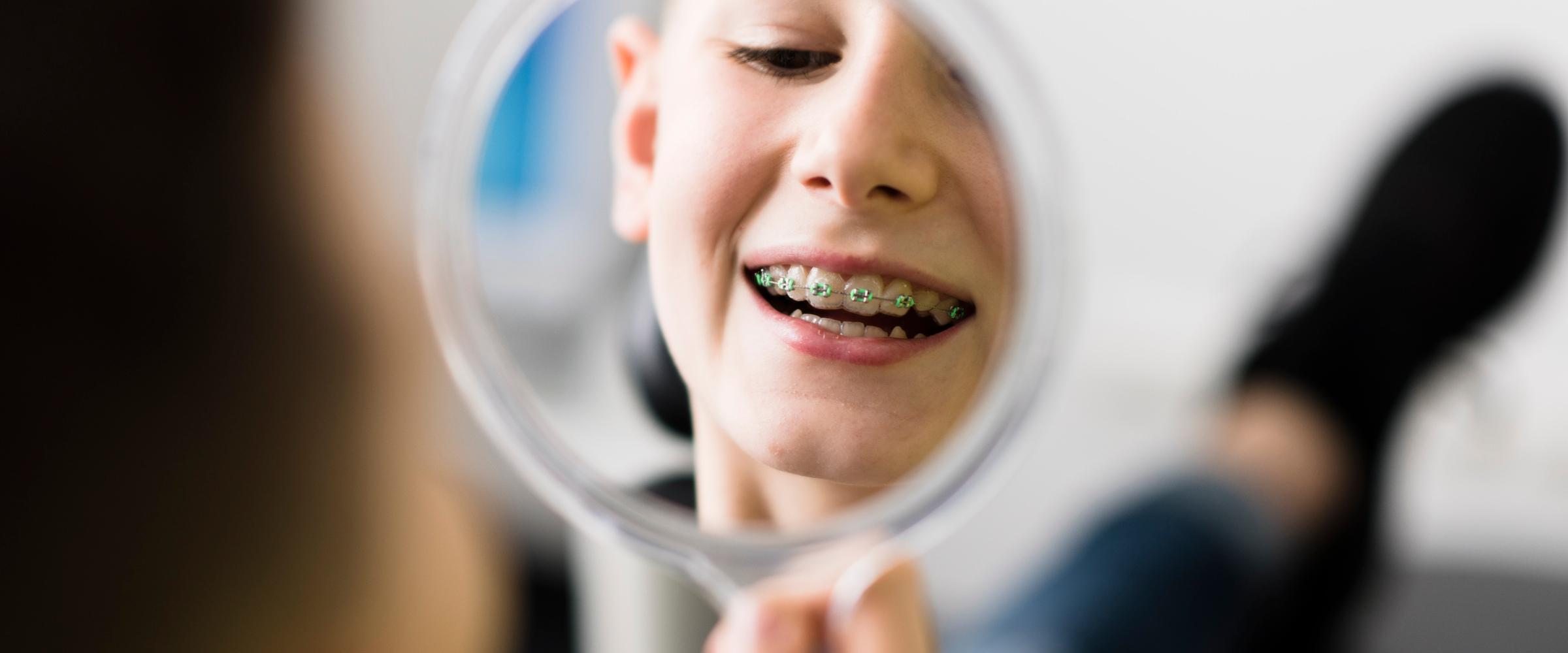 Fröhliches Kind mit Zahnspange